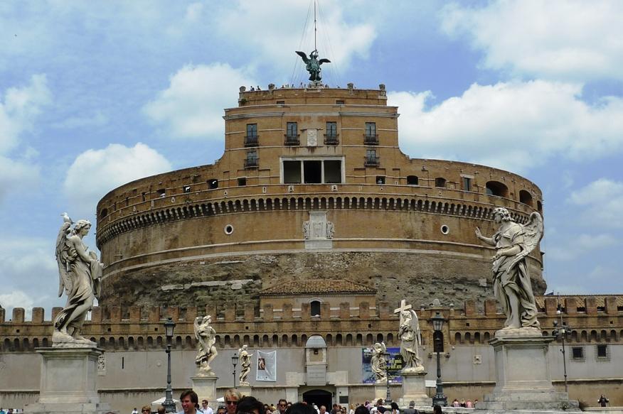 Замок Святого Ангела в Риме (итал.  Castel Sant'Angelo - Кастель Сант-Анджело) .