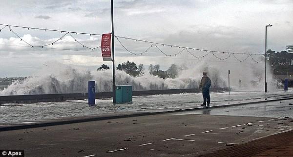 Большие волны обрушиваются на набережные