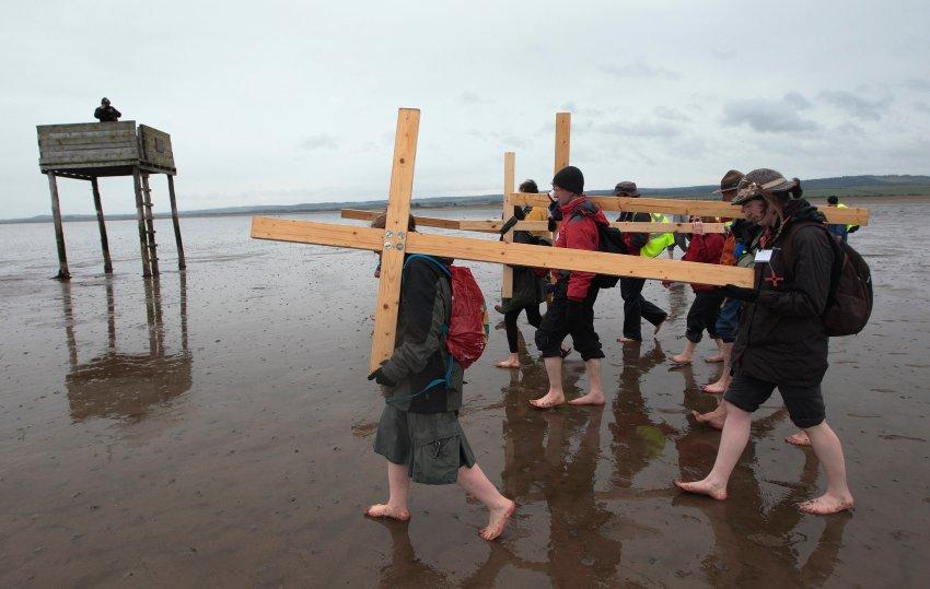 Верующие несут крест в Нортумбрии
