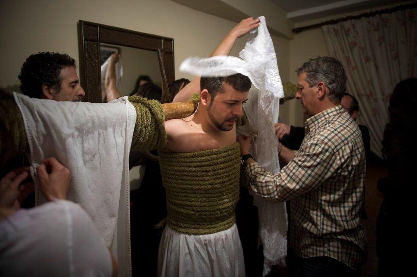 Подготовка к крестному ходу в Испании