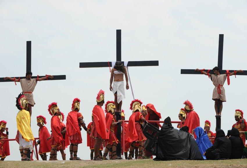 Верующих прибивали к крестам настоящими гвоздями