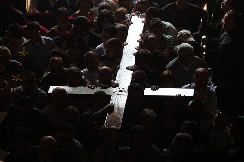 Верующие несут огромный крест