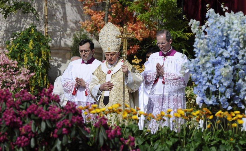 В саду базилики Святого Петра Папа Бенедикт XVI