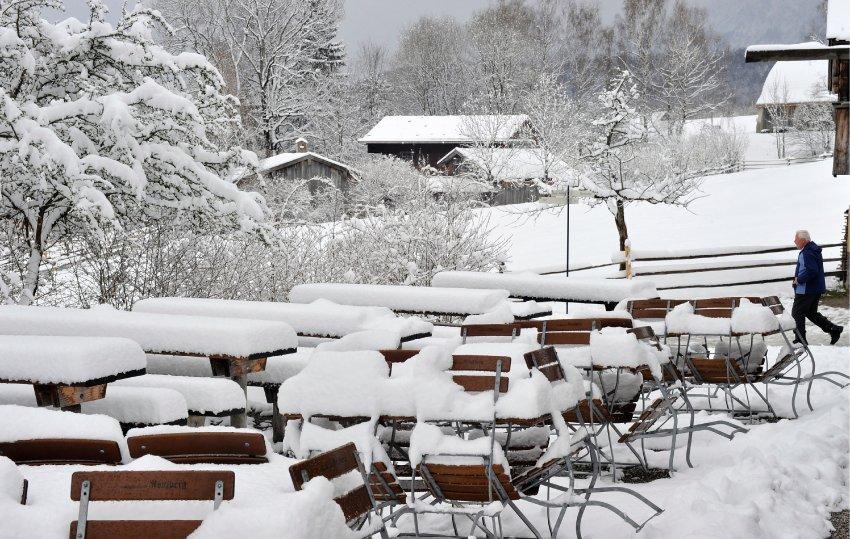 Тяжелый снег покрыл почти всю Германию