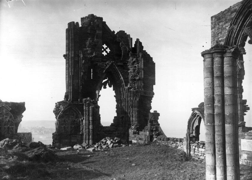 Аббатство Уитби, разрушенное в 1914 г. немецким флотом