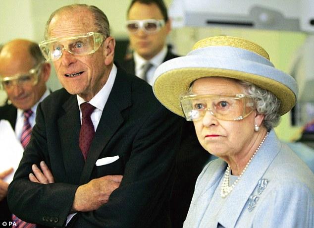 Королевская пара на демонстрации лазерной хирургии в University College Hospital в Лондоне