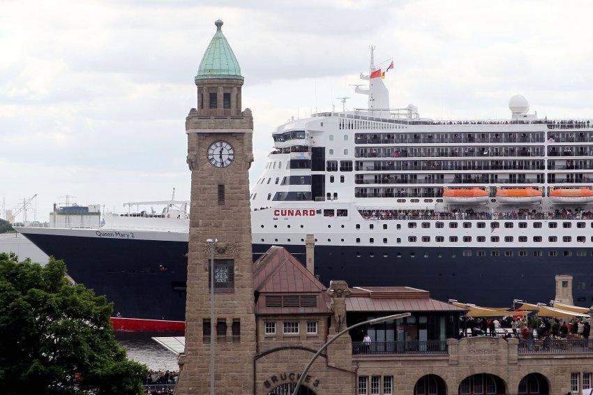"""Круизный лайнер """"Queen Mary 2"""" тоже прибыл на праздник"""