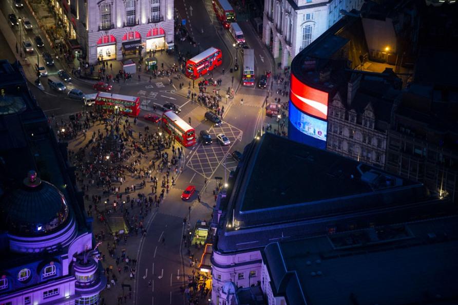 Красные автобусы и толпы туристов на Пикадилли в Лондоне