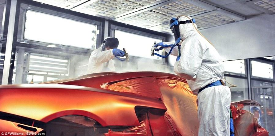 Ручная окраска позволяет достичь уникального блеска автомобиля
