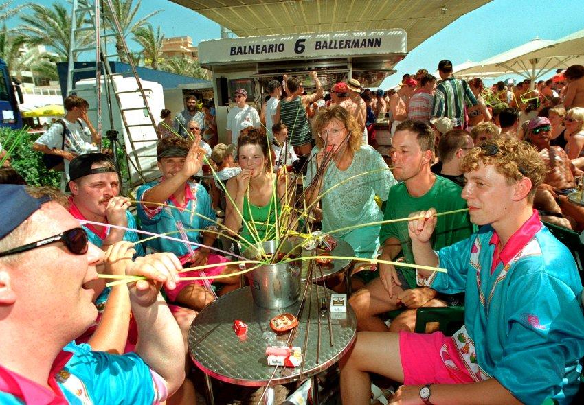 """Отдыхающие на пляже пьют вино """"Сангрия"""" из ведра"""