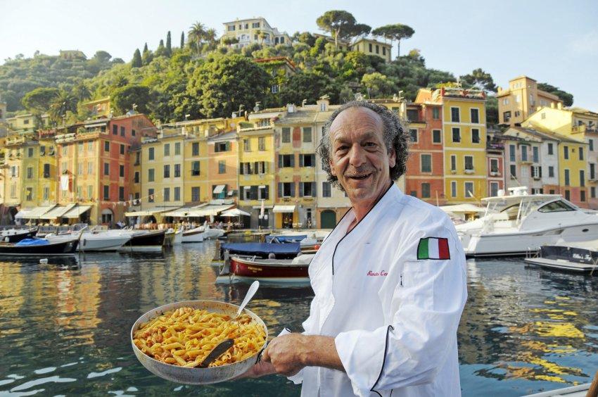 Рыбак Ренато Каммарата готовит для гостей в порту Портофино