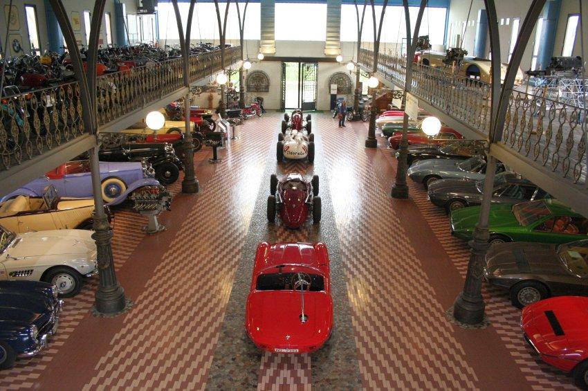 Богатая коллекция автомобилей