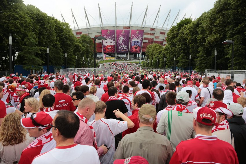 Толпы студентов перед стадионом в Варшаве