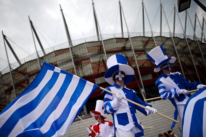 Греческие болельщики перед стадионом