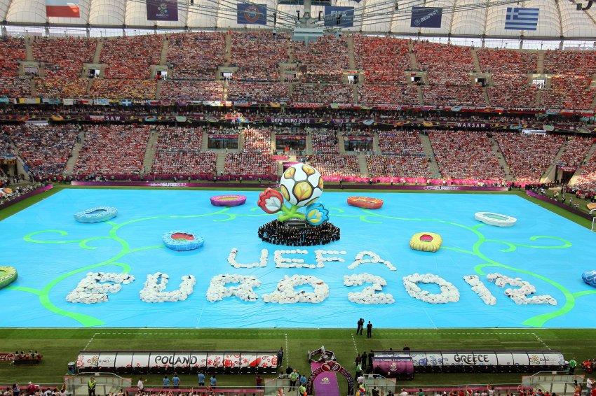 Из центра поля поднимается мяч - символ чемпионата Европы по футболу