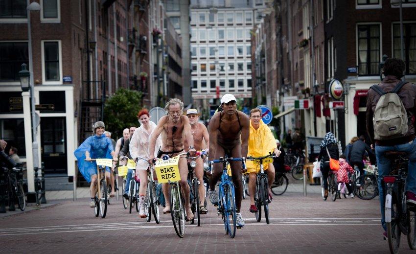 Голые велосипедисты в Амстердаме