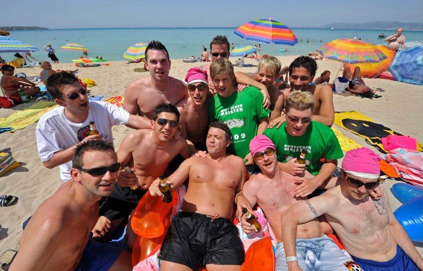 Туристы на пляже г. Пальма де Мальорка