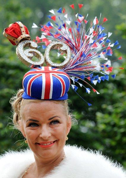 Цифра 60 на шляпке - намек на юбилей царствования королевы Елизаветы