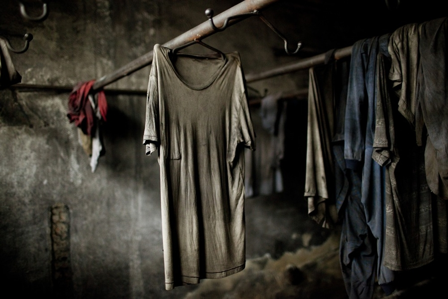 В заброшенных раздевалках все еще висит одежда шахтеров