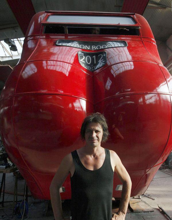 Создание отжимающегося гиганта, скульптор Давид Черны на фоне своего произведения