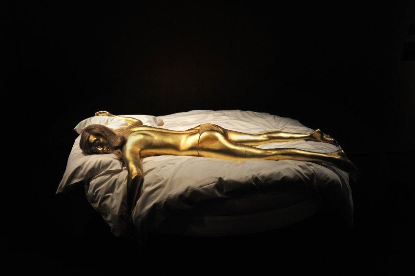 """В фильме """"Золотой палец"""" любовница Бонда умерла, т.к. её тело было покрыто золотой краской"""