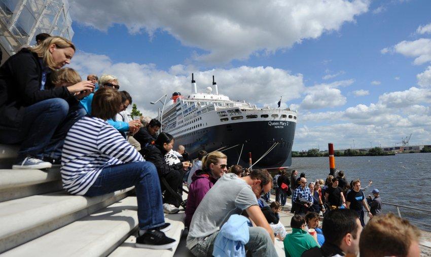 Корабли встречали сотни людей