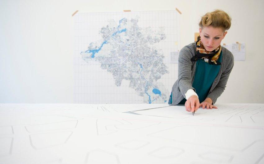Студентка делает один из шаблонов для карты Берлина