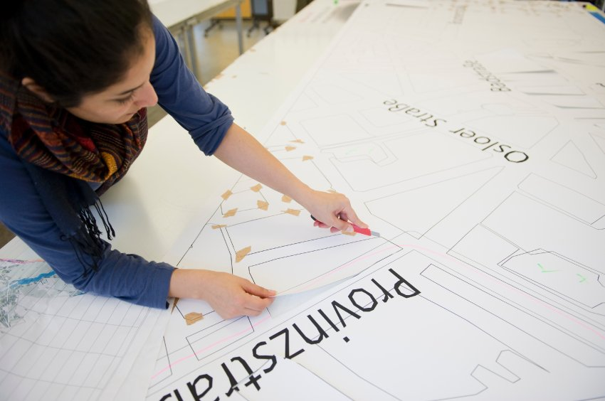 Студенты и школьники помогают делать шаблоны