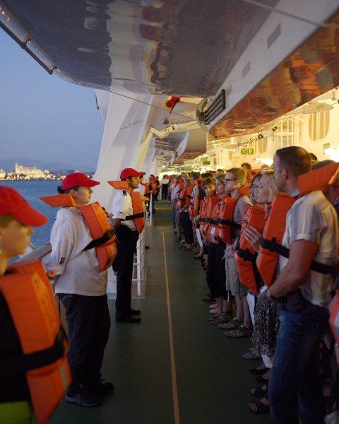 Тренировка по безопасности на круизном судне