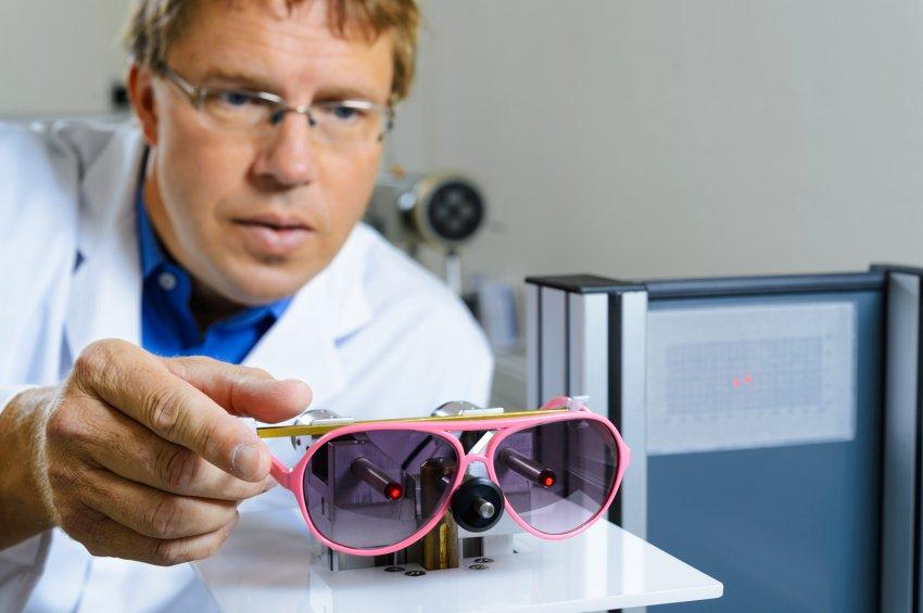 Очки не обеспечивают 100 -прицентную защиту от ультрафиолета и часто вредны для зрения
