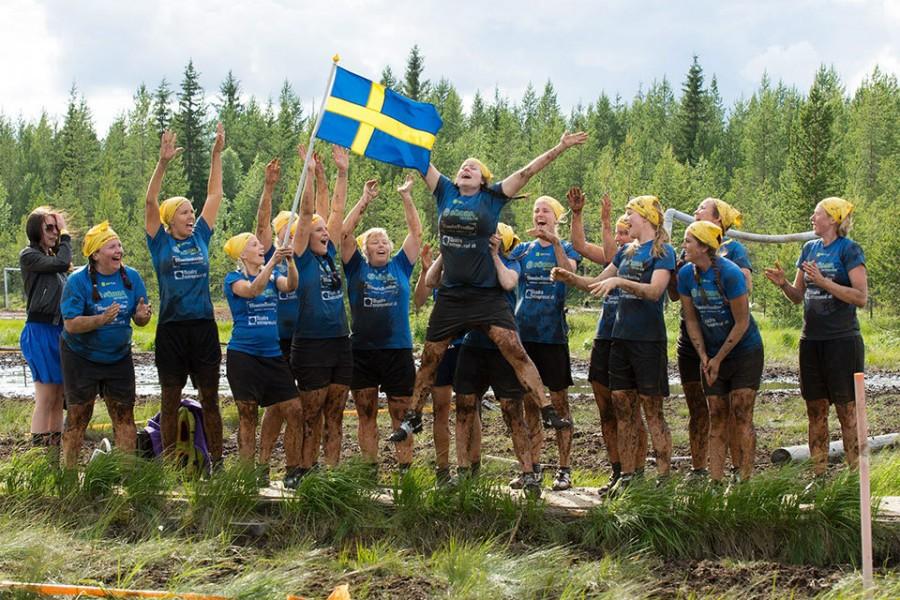 Женская сборная Швеции празднует победу