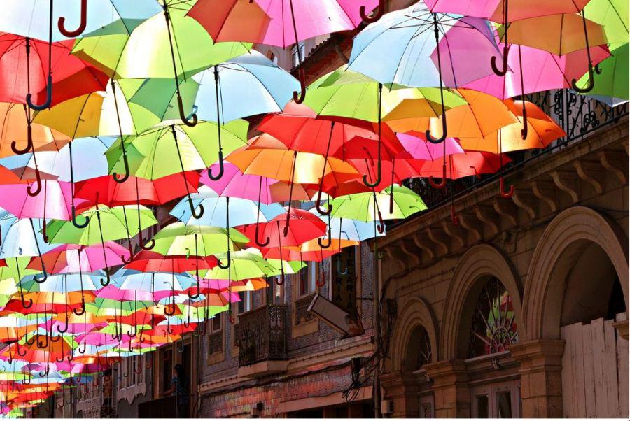 Магия небесных зонтиков в Португалии