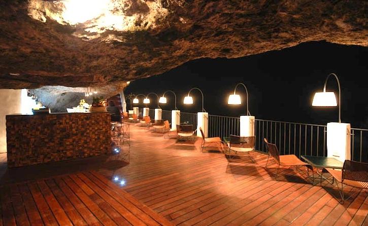 """Ресторан в Полиньяно Маре """"Летняя пещера"""""""