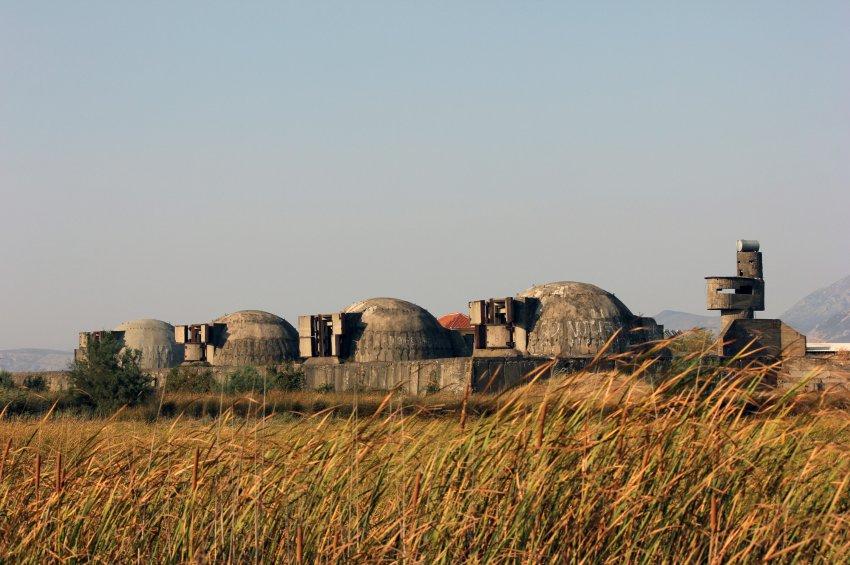 По всей Албании огромное количество бункеров
