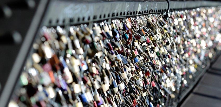 Любовные замки на заборе в Кёльне