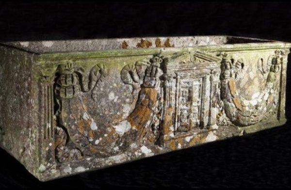 Этот римский саркофаг много лет простоял в саду