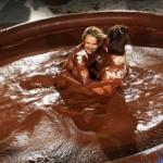 Соревнования по кетчу в шоколаде