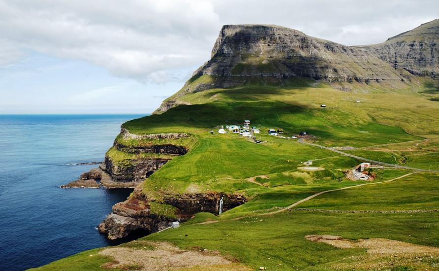 Cliffside рядом с Gasadalur, фото CC BY Stig Nygaard