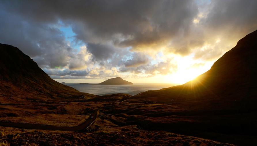 Остров Koltur на закате, недалеко от деревни Nororadalur, фото Jonathan Nackstrand / AFP / Getty Images