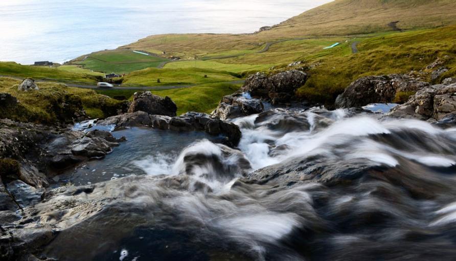 Река протекает недалеко от села Velbastaour в Syoradalur, фото Jonathan Nackstrand / AFP / Getty Images