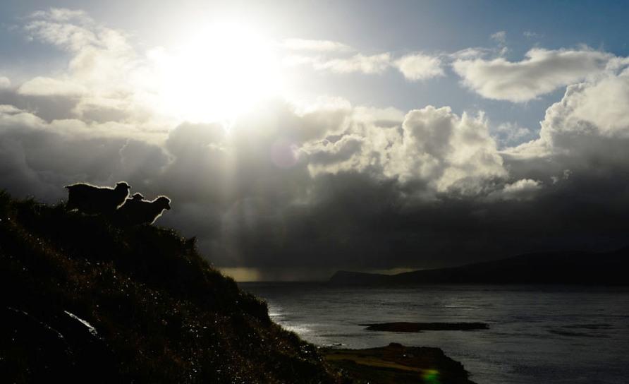 Солнце появляется над Kirkjubour, недалеко от деревни на Streymoy, фото Jonathan Nackstrand / AFP / Getty Images