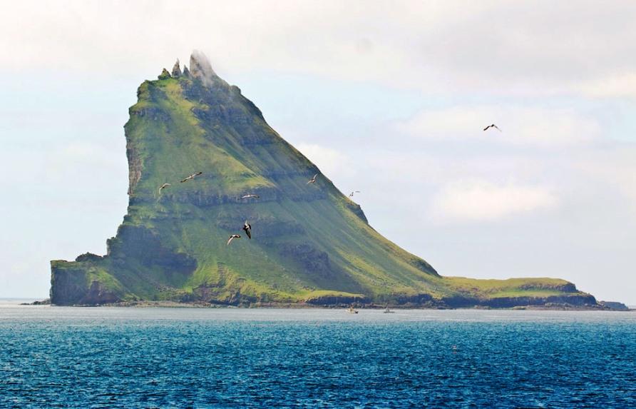 Tindholmur, небольшой остров в Sorvagsfjordur, фьорд на западном берегу Vagoy, фото CC BY SA Arne List
