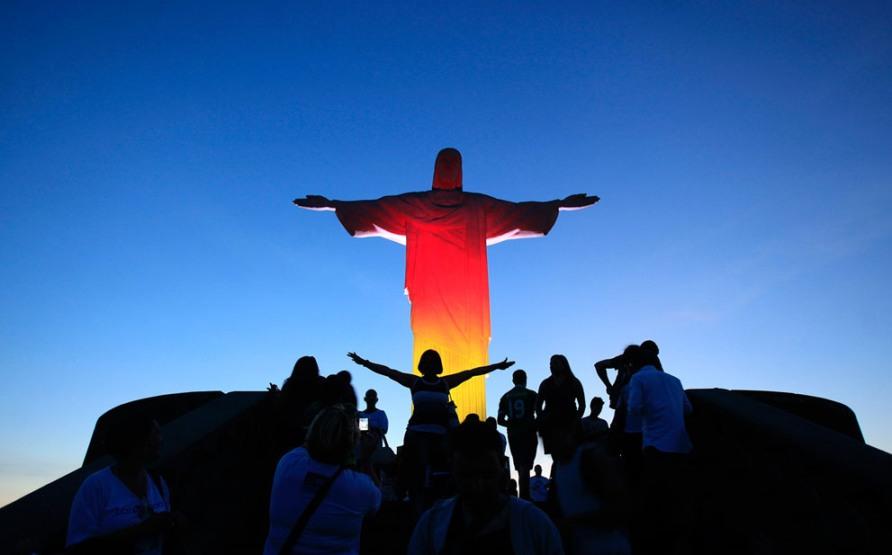 Статуя Христа Искупителя в Рио-де-Жанейро, расцвеченная в цвета национального флага Германии, 3 октября 2012, фото Reuters/Ricardo Moraes