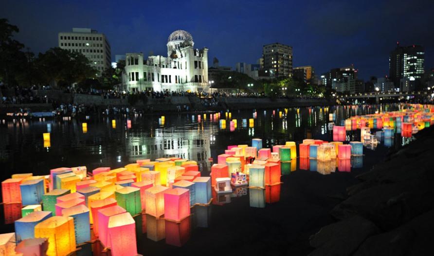 Бумажные фонари плывут по реке Motoyasu, в память о 67-ой годовщине ядерной бомбардировки Хиросимы, 6 августа 2012, фото Kazuhiro Nogi/AFP/Getty Images
