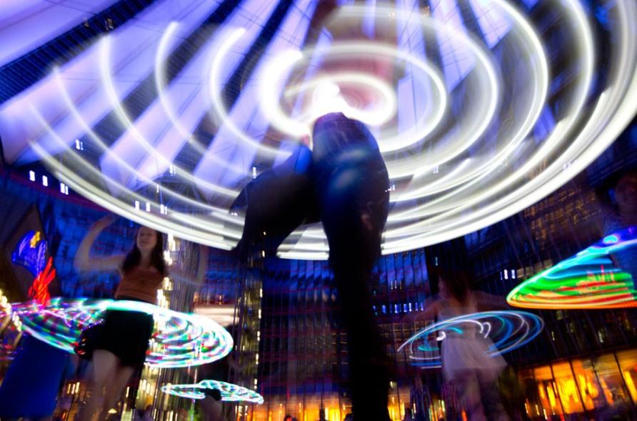 """Флешмоб на Потсдамской площади в Берлине во время фестиваля """"Hoopurbia"""", 27 июля 2012, фото AP Photo/Gero Breloer"""