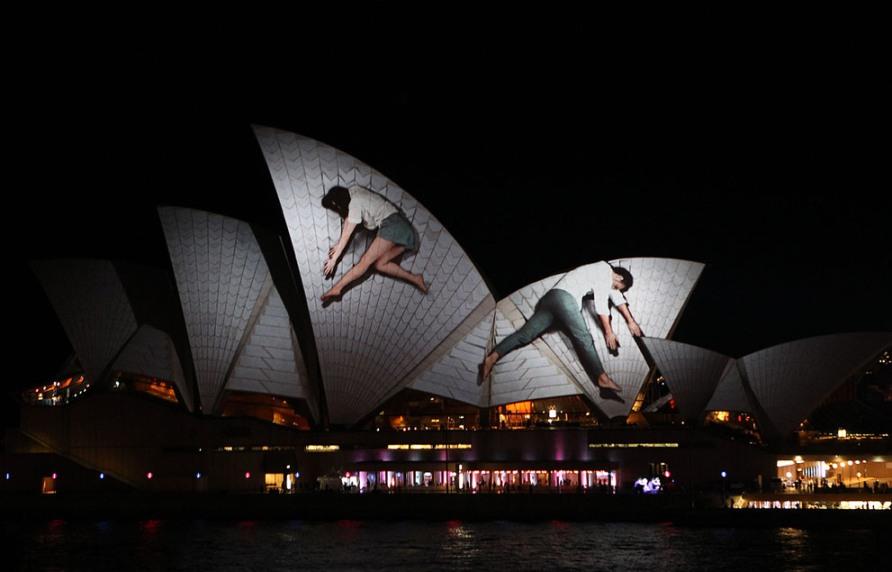 Паруса Сиднейского оперного театра, освещенные в рамках фестиваля Vivid Sydney 25 мая 2012, фото Mark Metcalfe/Getty Images
