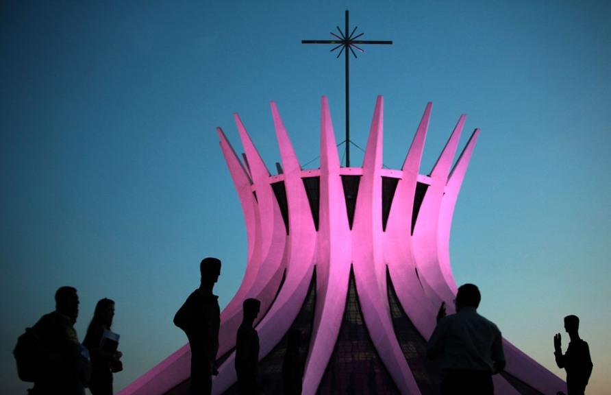 Освещение Кафедрального собора в Бразилии розовым светом в честь повышения осведомленности о раке молочной железы, 2 октября 2012, AP Photo/Eraldo Peres
