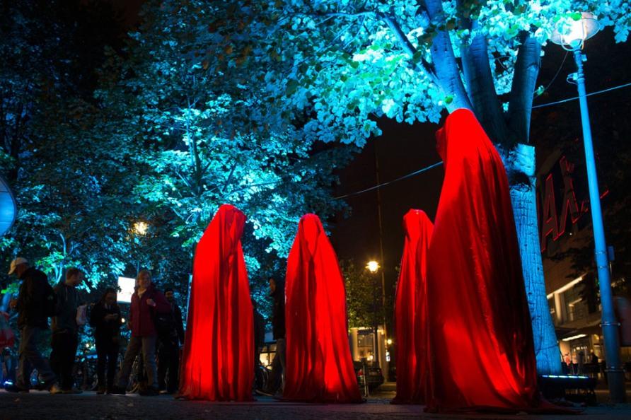 Люди собираются на фестиваль огней вокруг ярких скульптур Time Guardians на Потсдамской площади в Берлине, 10 октября 2012, фото AP Photo / Markus Schreiber