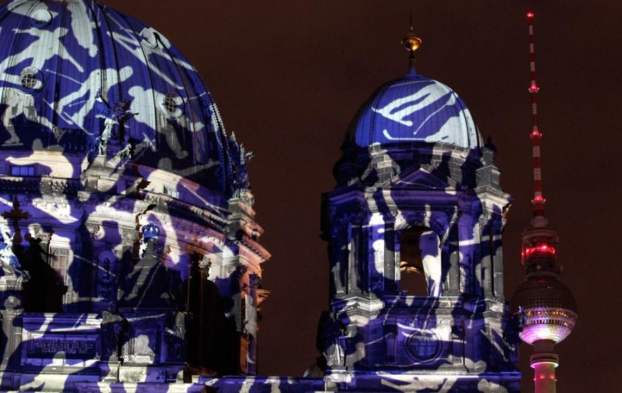 Berliner Dom и Телевизионная башня во время открытия Фестиваля огней в Берлине, 10 октября 2012, фото REUTERS / Tobias Schwarz
