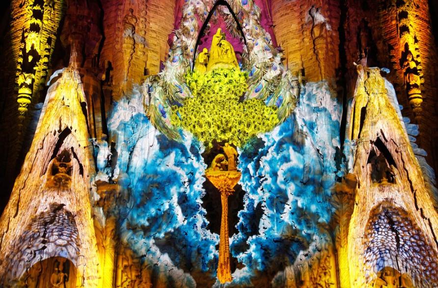 """Собор Святого Семейства, """"Montreal Signe Ode a la Vie"""" световое шоу в Барселоне, 21 сентября 2012, Reuters/Albert Gea"""